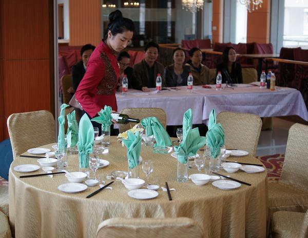 人文旅游分院举行中餐主题宴会摆台项目技能大赛图片